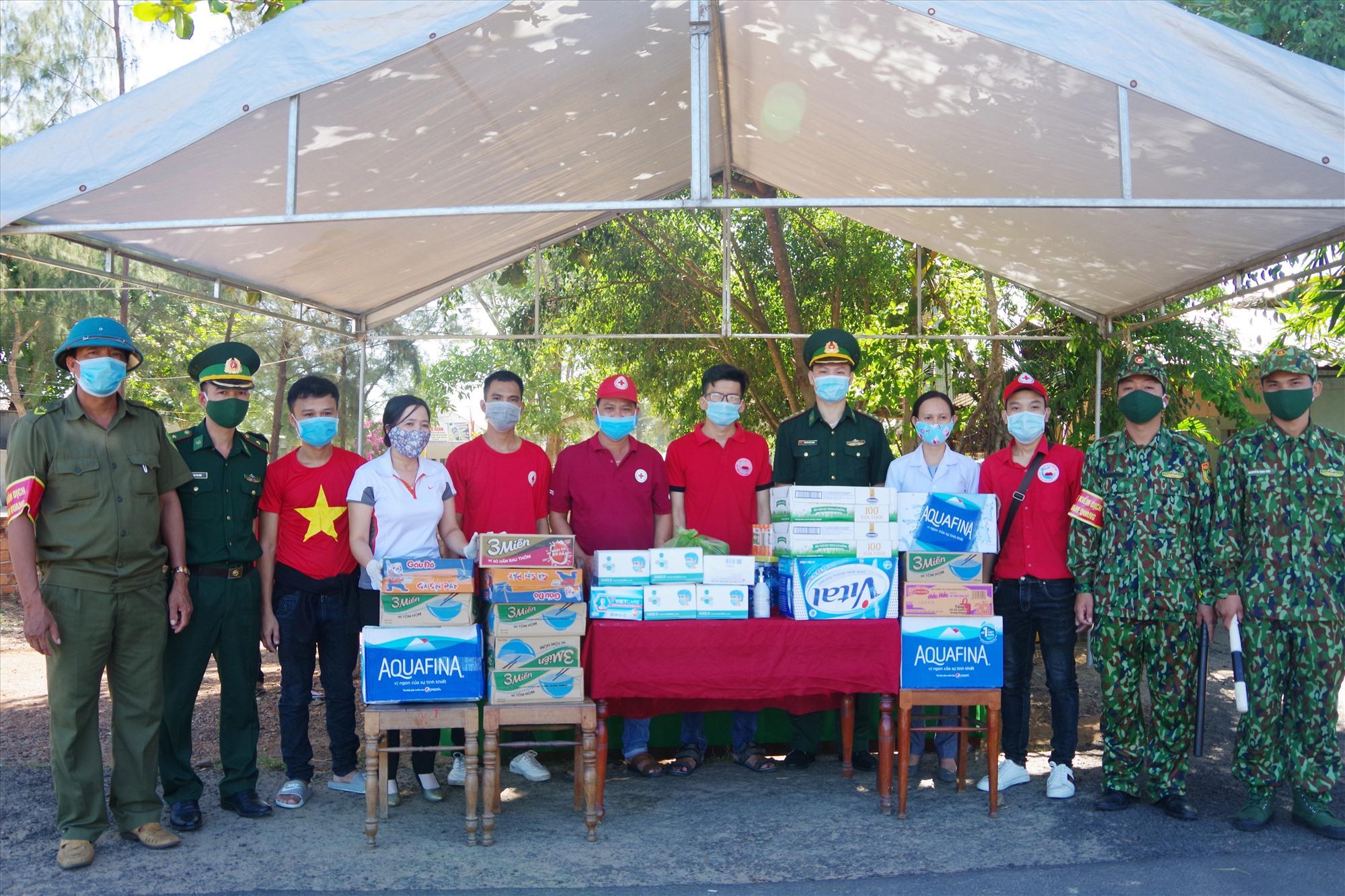 Tặng quà cho chốt kiểm dịch tại xã Tam Quang (nơi kiểm soát người và phương tiện từ Quảng Ngãi vào Quảng Nam)