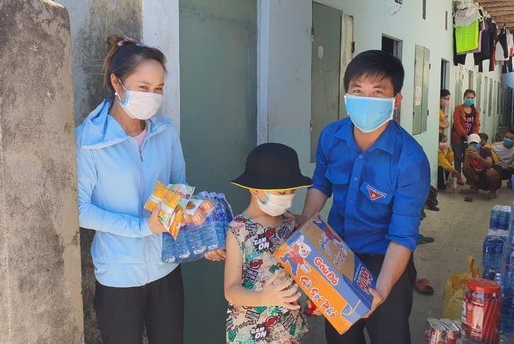 Phó Bí thư Tỉnh đoàn Lê Quang Quỳnh trao quà hỗ trợ một công nhân tại KCN Điện Nam - Điện Ngọc.