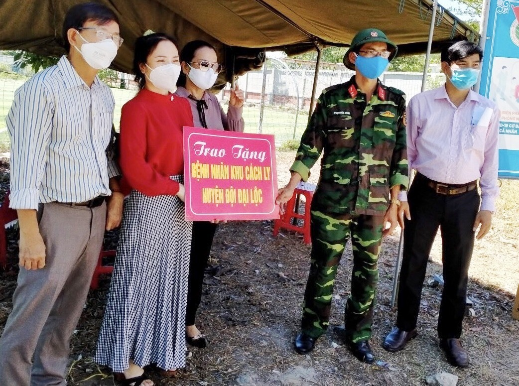 Hội đồng hương Đại Lộc hỗ trợ người dân khu cách ly ở Huyện đội Đại Lộc. Ảnh: HĐH ĐẠI LỘC CUNG CẤP.