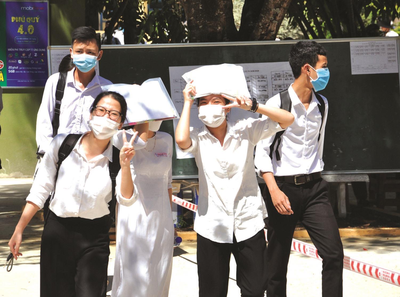 Niềm vui sau ngày thi đầu tiên của các TS điểm thi Trường THPT Phan Bội Châu (Tam Kỳ). Ảnh: X.P