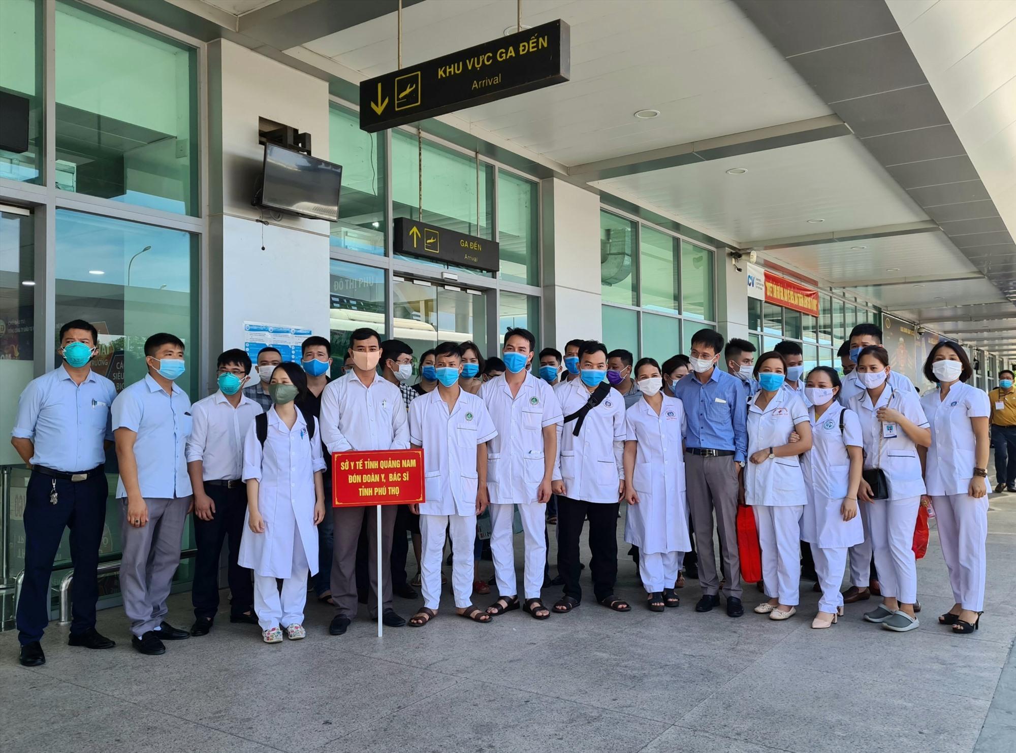 Đoàn y bác sĩ tình nguyện của tỉnh Phú Thọ chi viện cho tuyến đầu Quảng Nam. Ảnh: T.N