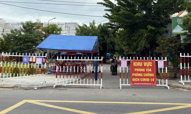 Lực lượng chức năng phong tỏa khu dân cư Lưu Minh, thị trấn Hà Lam do có ca mắc Covid-19 trong cộng đồng.