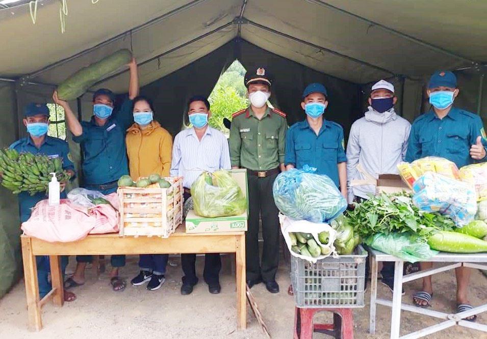 Mặt trận huyện Quế Sơn và các đoàn thể trao nhu yếu phẩm cho khu cách ly tập trung. Ảnh: S.T