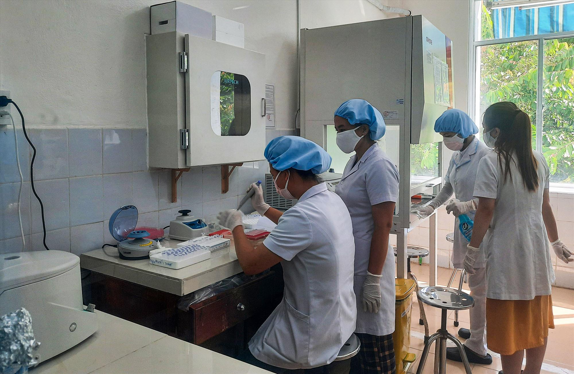 Năng lực xét nghiệm, chẩn đoán đang được nâng cao trước tình hình diễn biến phức tạp của dịch bệnh Covid-19. Ảnh: T.C