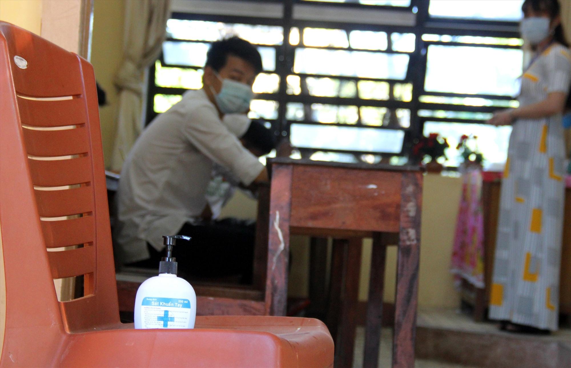 Tại mỗi cửa phòng thi luôn có sẵn một bình sát khuẩn, phục vụ nhu cầu của thí sinh và cán bộ coi thi. Ảnh: A.N