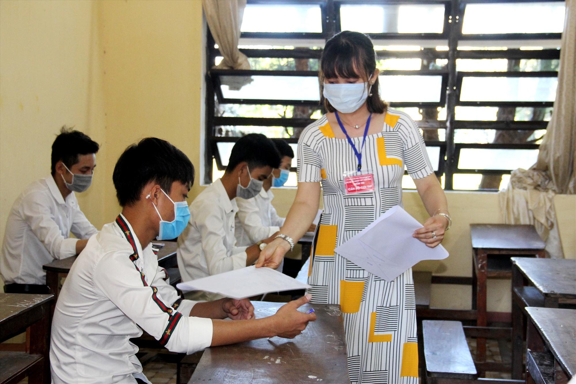 Cả thí sinh và cán bộ coi thi đều chấp hành việc đeo khẩu trang suốt thời gian thi để đảm bảo an toàn sức khỏe trong mùa dịch bệnh. Ảnh: A.N