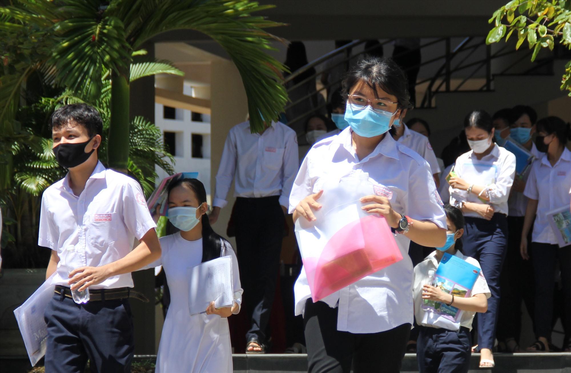 Các thí sinh rời khỏi phòng thi trong điều kiện thời tiết nắng nóng. Ảnh: A.N