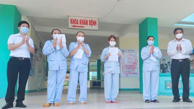 Trao giấy ra viện cho 4 bệnh nhân. Ảnh: VOV