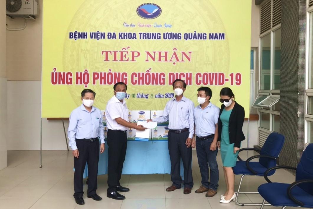 Trưởng Tiểu ban Điều trị Covid-19 tỉnh Mai Văn Mười tặng quà hỗ trợ các đoàn công tác ngành y đến tăng cường Quảng Nam phòng, chống dịch bệnh Covid-19. Ảnh: Đ. ĐẠO