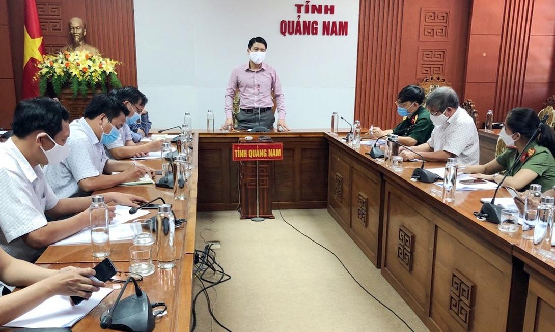 Phó Chủ tịch UBND tỉnh Trần Văn Tân làm việc với CDC Quảng Nam. Ảnh: THÙY AN