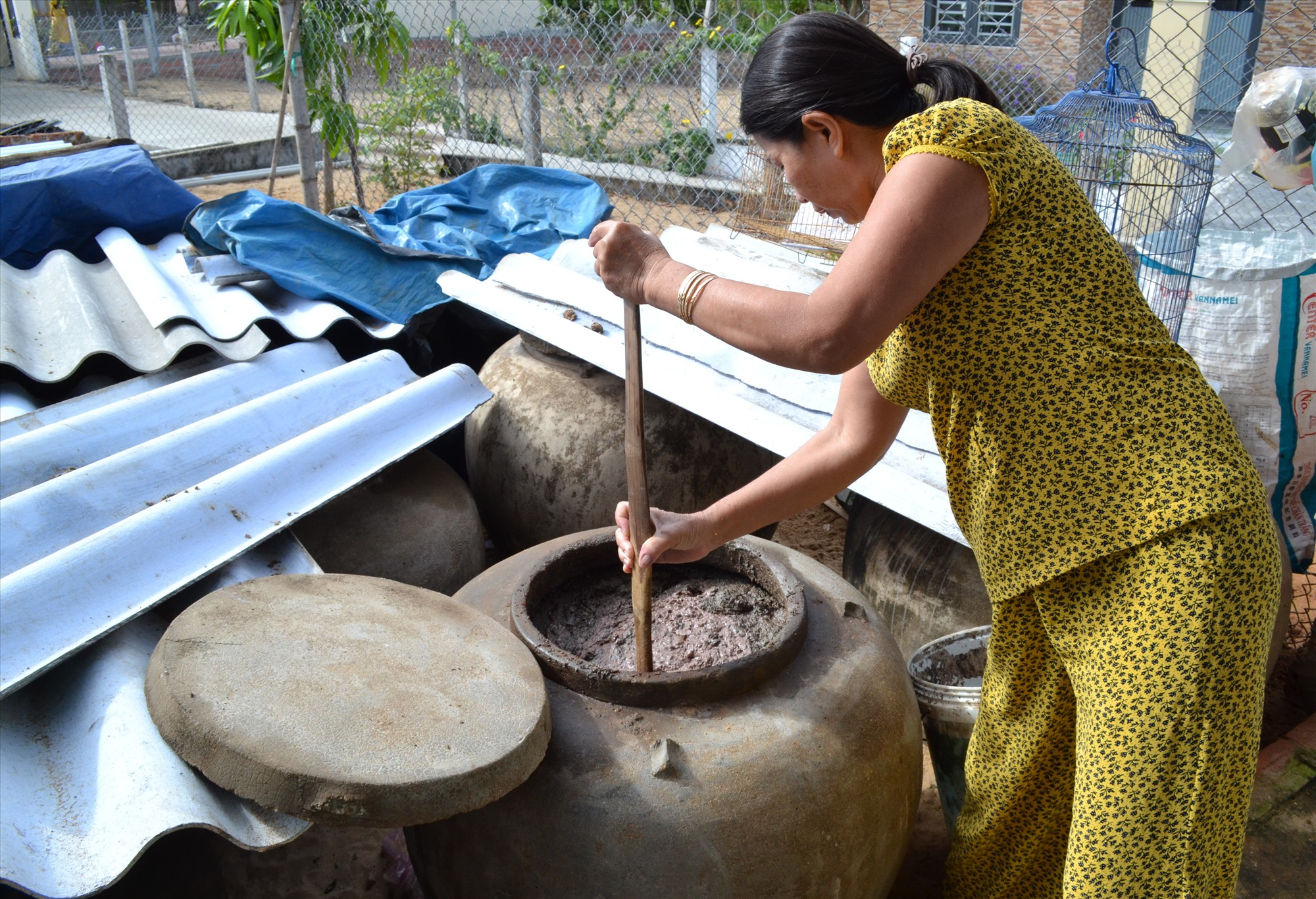 Sản xuất mắm truyền thống gặp khó do thiếu nguồn nguyên liệu cá cơm. Ảnh: VIỆT NGUYỄN