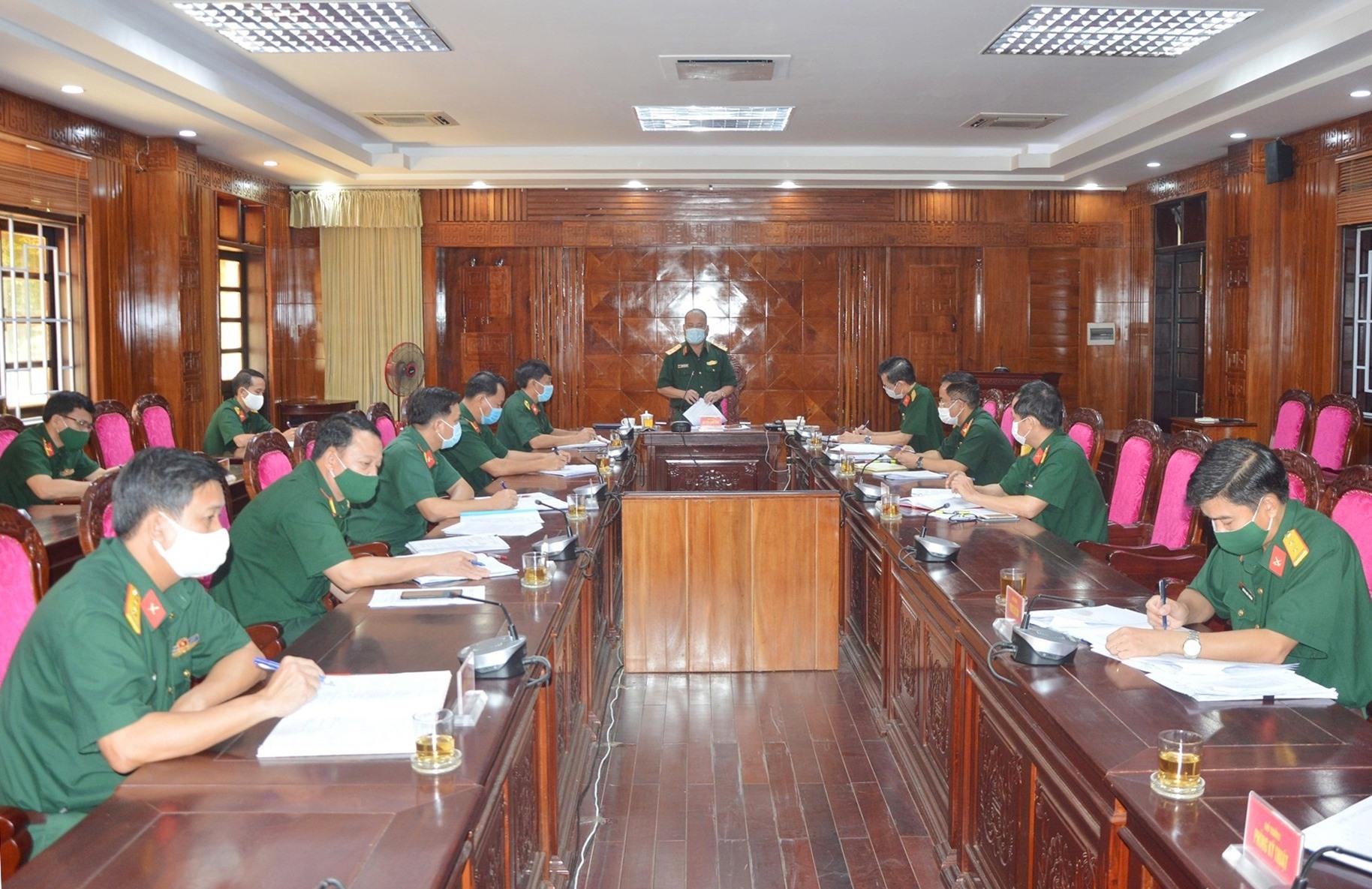 Trung tướng Nguyễn Long Cáng - Tư lệnh Quân khu 5 làm trưởng đoàn có buổi kiểm tra công tác phòng chống dịch bệnh Covid-19 đối với Bộ Chỉ huy Quân sự (CHQS) tỉnh Quảng Nam.