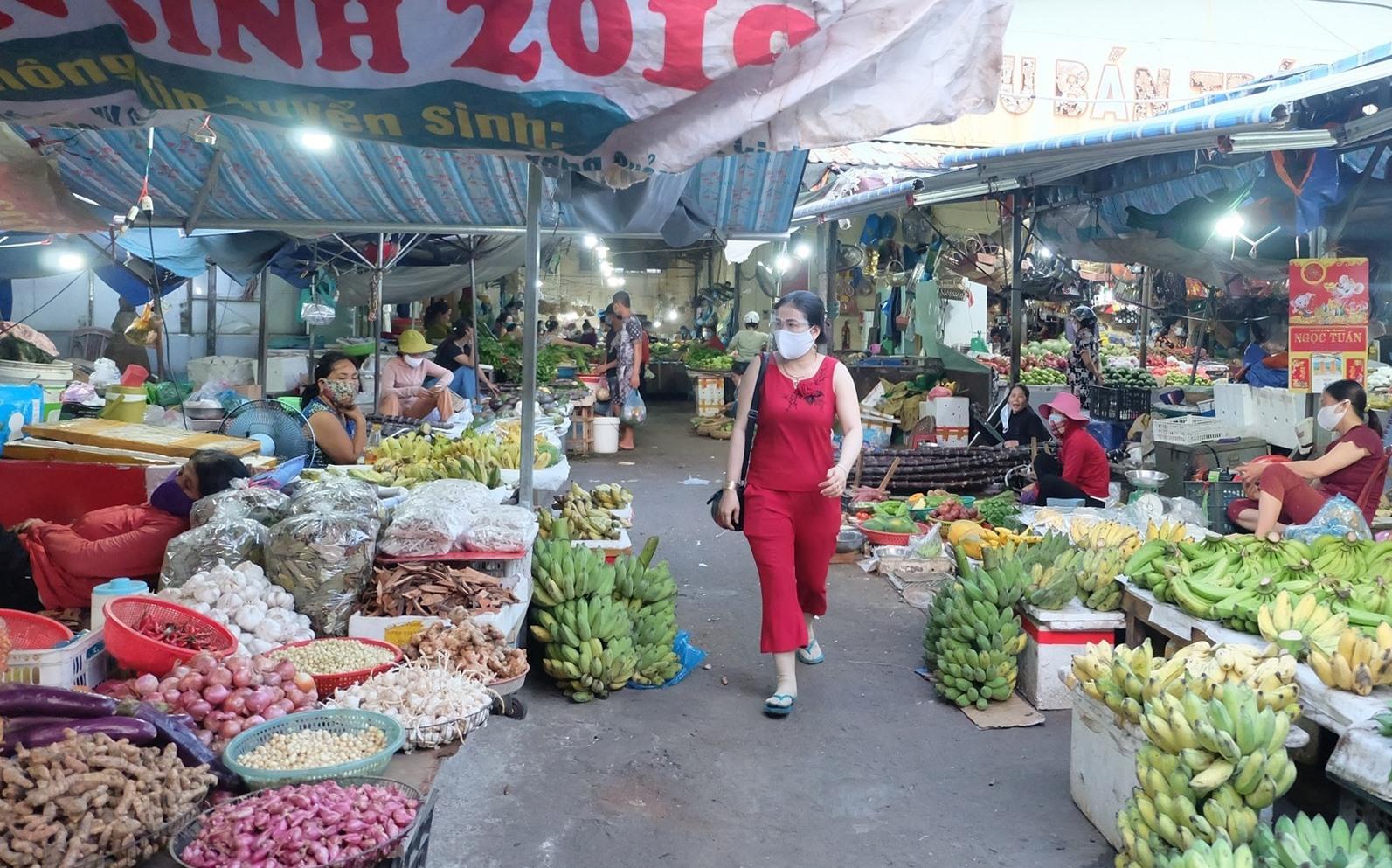 Hàng hóa tại các chợ dồi dào nhưng sức mua giảm sút. Ảnh: M.L