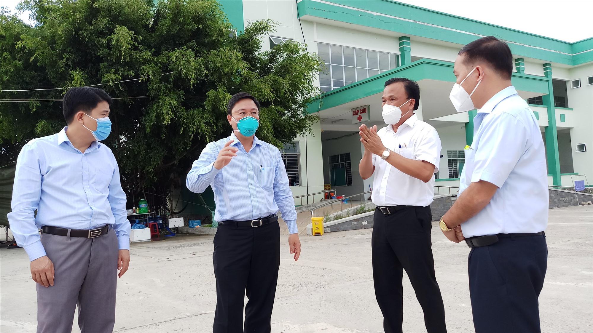 Chủ tịch UBND tỉnh Lê Trí Thanh (thứ 2 bên trái) kiểm tra công tác phòng chống dịch tại Phòng khám Đa khoa khu vực Điện Nam - Điện Ngọc. Ảnh: ALĂNG NGƯỚC