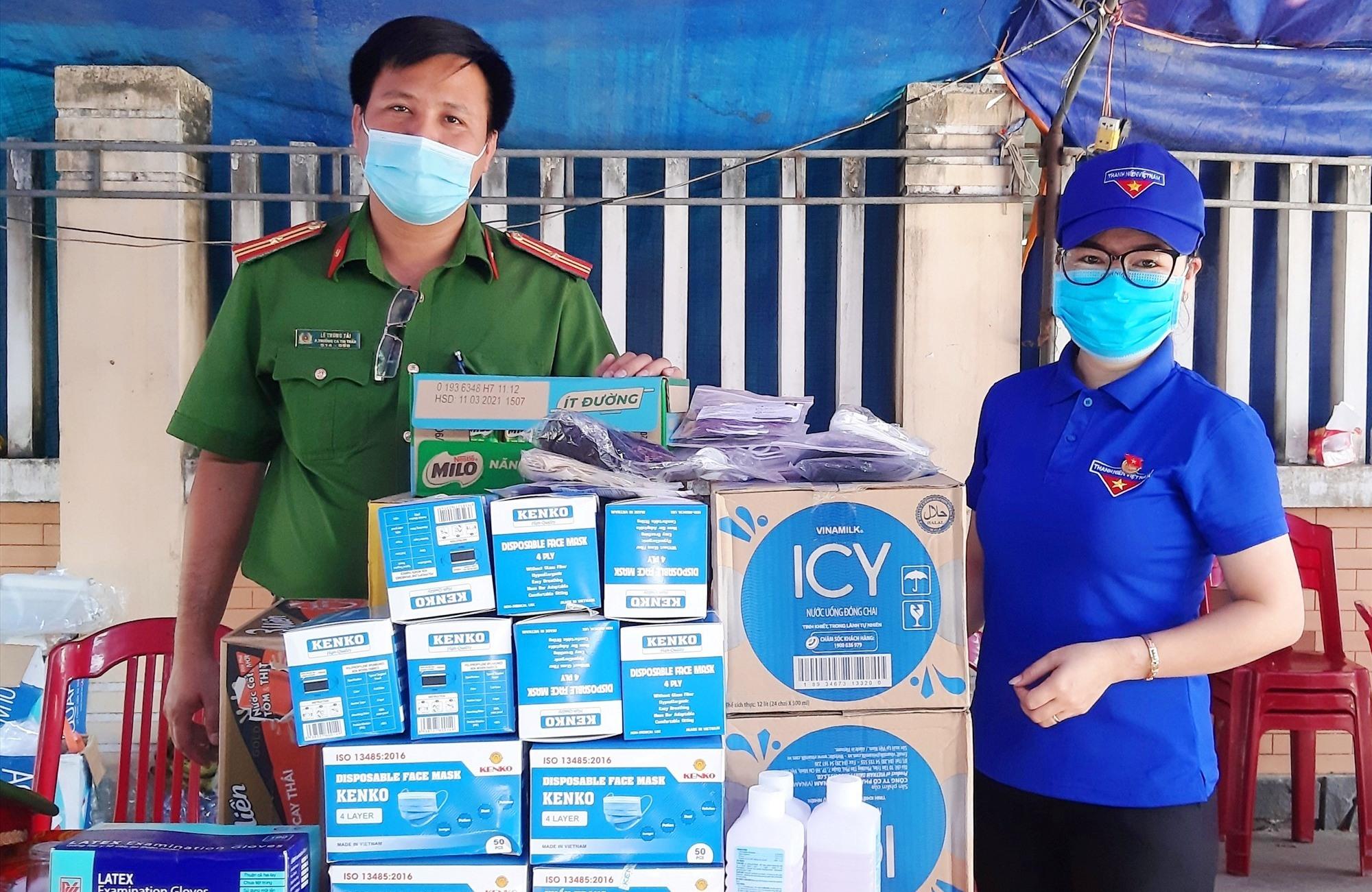 Đại diện Huyện đoàn Duy Xuyên tặng quà các lực lượng túc trực tại những chốt kiểm soát dịch bệnh. Ảnh: T.P