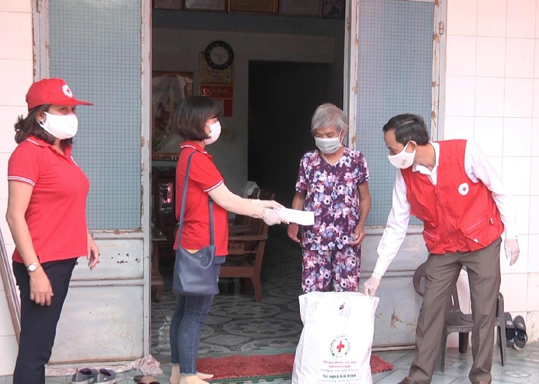 Hội Chữ thập đỏ trao quà tận nhà cho người dân bị ảnh hưởng bởi dịch Covid – 19. ảnh DT