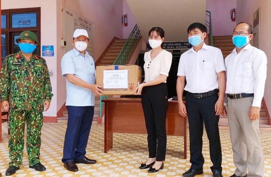 Lãnh đạo huyện trao tặng quà cho các khu cách ly tập trung huyện. Ảnh: N.DUY