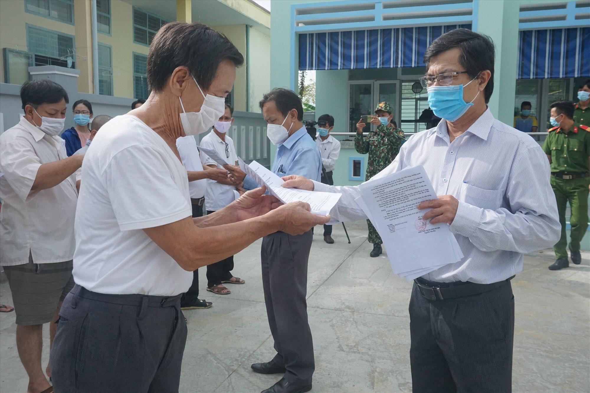 Ban Chỉ đạo phòng chống dịch bệnh Covid-19 huyện Thăng Bình trao quyết định cho công dân hoàn thành cách ly. Ảnh: B.T