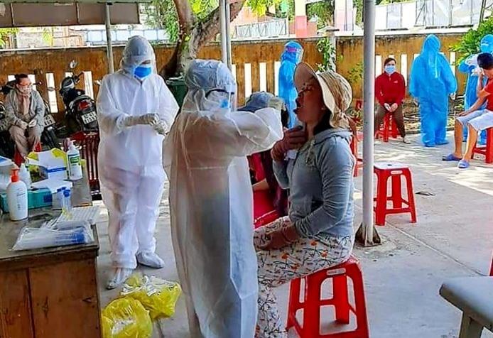 Những ngày qua, CDC Quảng Nam tích cực hỗ trợ ngành y tế Quế Sơn lấy mẫu xét nghiệm tại cộng đồng. Ảnh: N.S