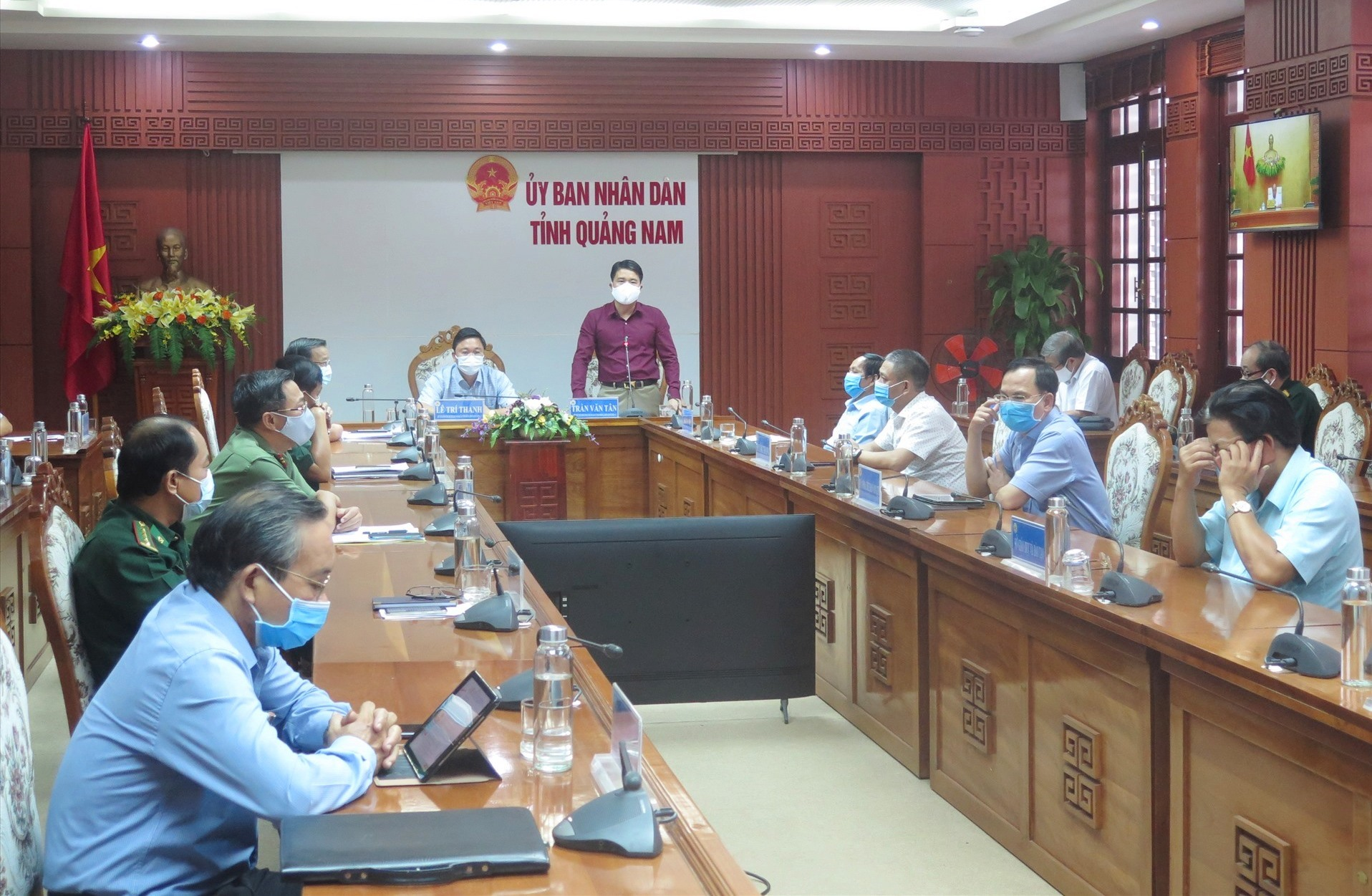 Phó Chủ tịch UBND tỉnh Trần Văn Tân báo cáo về tình hình phòng chống dịch bệnh tại Quảng Nam tại cuộc họp trực tuyến. Ảnh: X.H