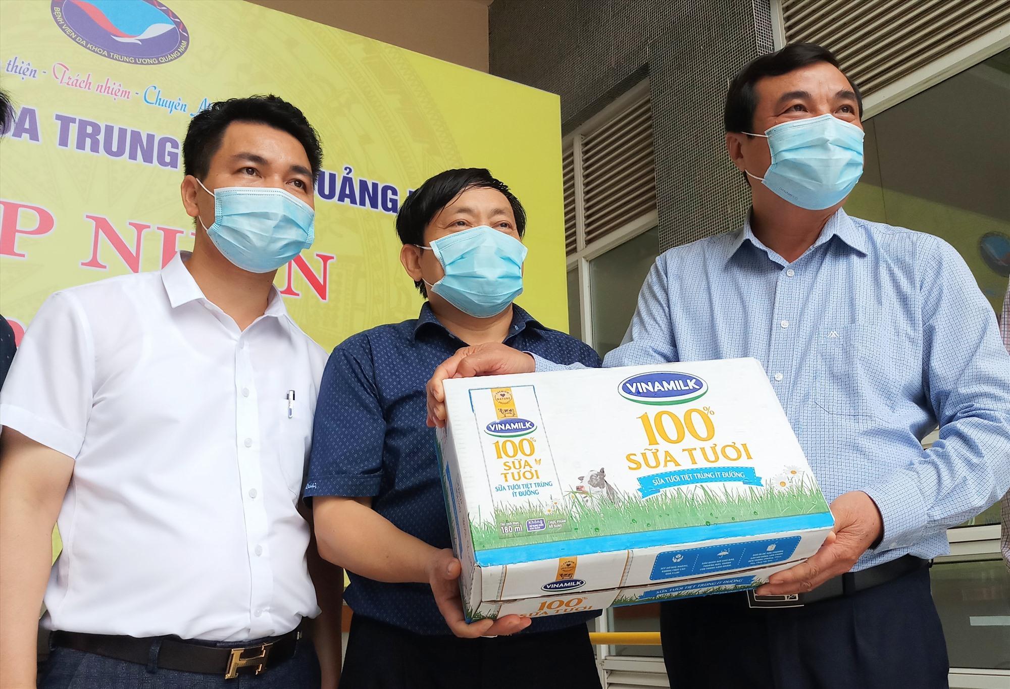 Dịp này, Bí thư Tỉnh ủy cũng gửi tặng 30 thùng sữa tươi, chia sẻ với bệnh viện trong việc phục vụ công tác phòng chống dịch bệnh. Ảnh: A.N
