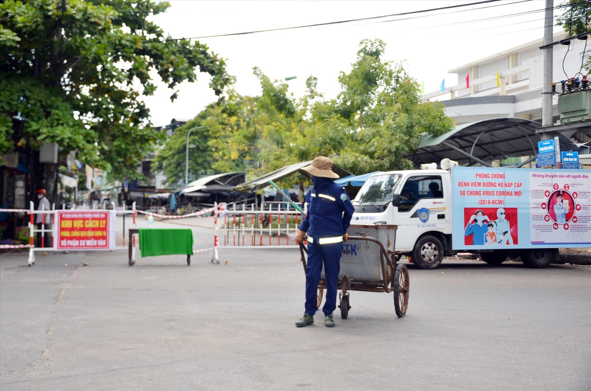 Công nhân thu gom rác thải sinh hoạt ngoài khu vực bị phong tỏa. Ảnh: T.N
