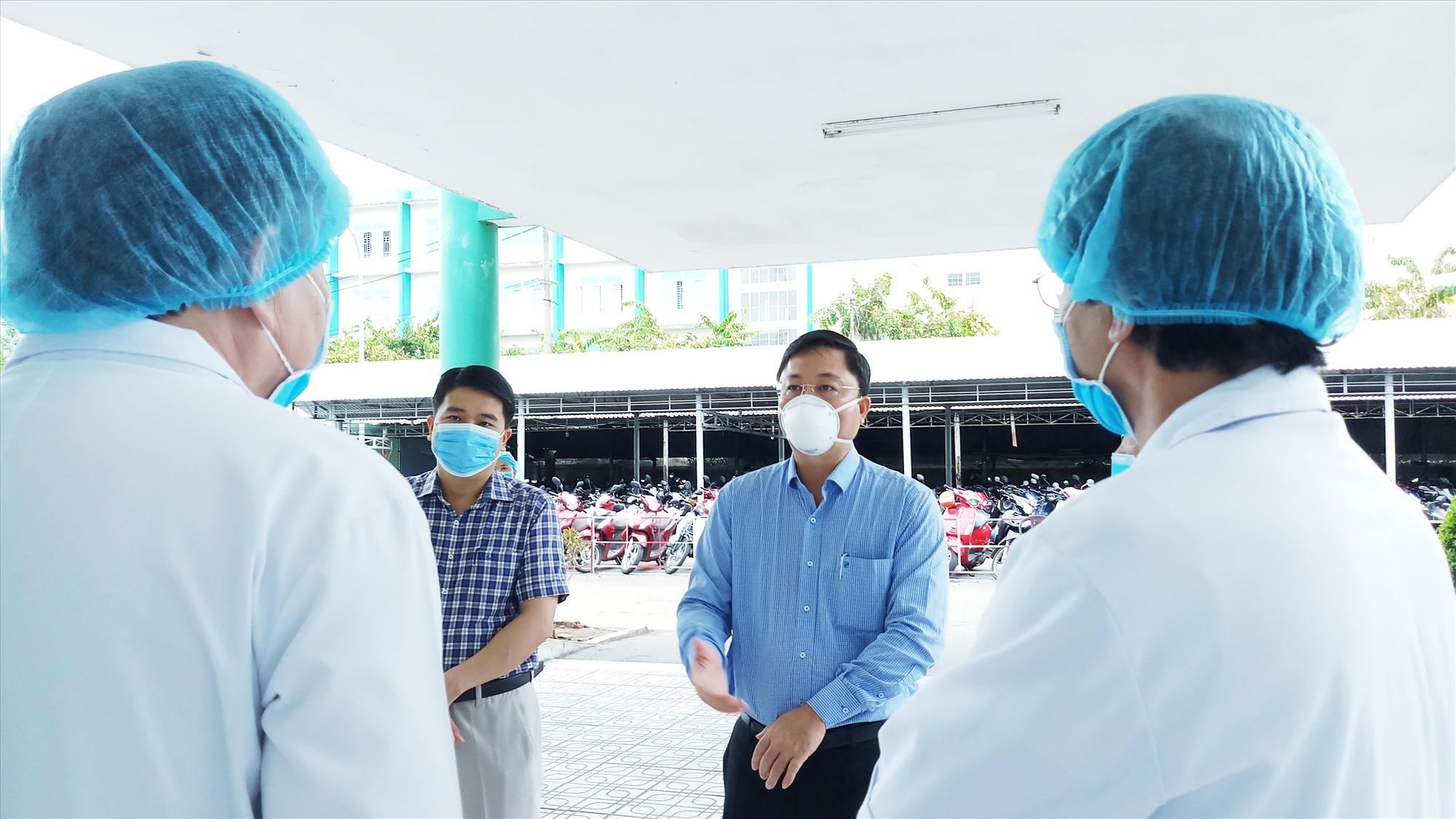 Chủ tịch UBND tỉnh Lê Trí Thanh đề nghị các y, bác sĩ tiếp tục thực hiện nghiêm các quy trình phòng chống dịch bệnh, đảm bảo an toàn trong bệnh viện. Ảnh: A.N