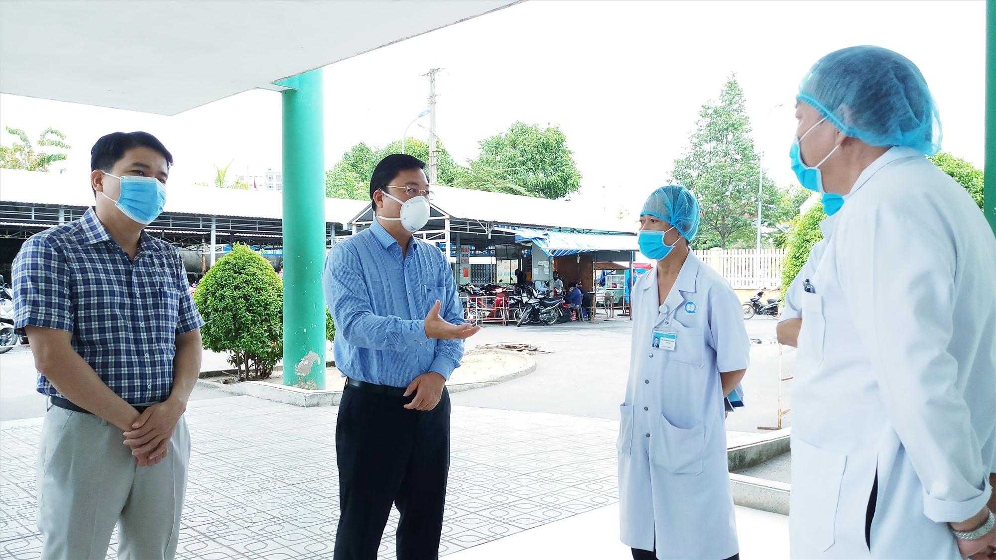 Chủ tịch UBND tỉnh (thứ 2, từ trái sang) động viên đội ngũ cán bộ, nhân viên tế Bệnh viện Đa khoa tỉnh trong công tác phòng chống dịch Covid-19. Ảnh: A.N