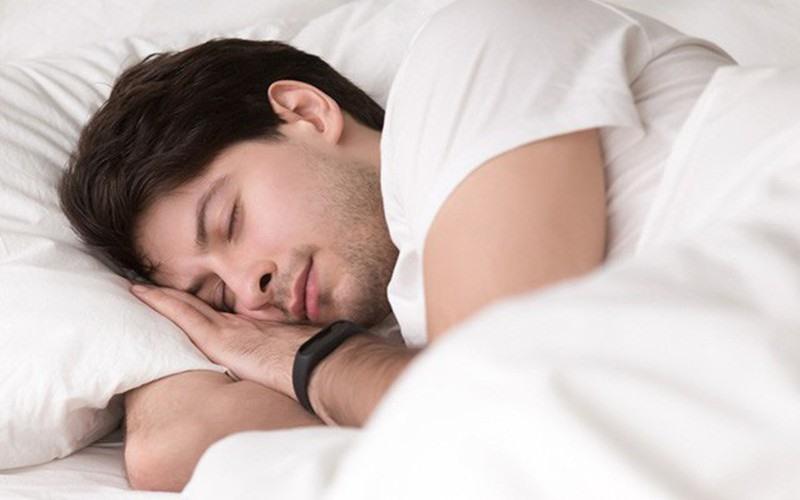 Ngủ đủ giấc và kiểm soát căng thẳng: Thiếu ngủ và căng thẳng làm gia tăng lượng hormone cortisol trong cơ thể, kiềm hãm khả năng hoạt động của hệ miễn dịch.