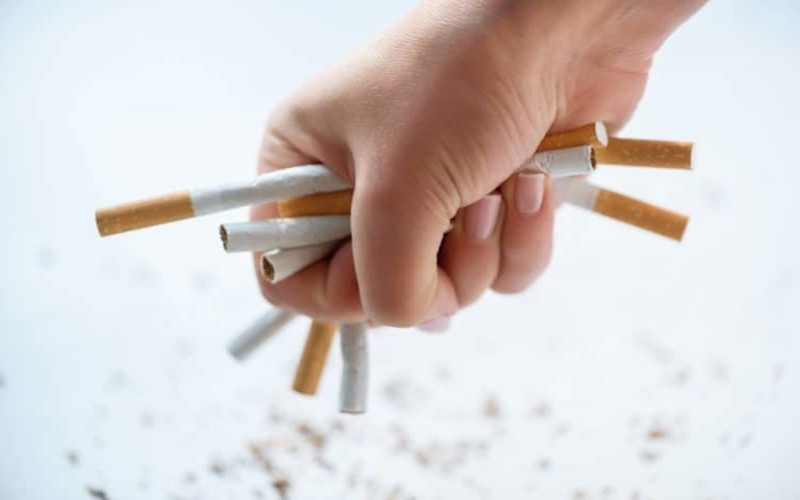 Không hút thuốc và tránh xa khói thuốc: Thói quen hút thuốc tác động trực tiếp đến hệ miễn dịch, làm suy giảm miễn dịch và gia tăng nguy cơ viêm phế quản, viêm phổi.