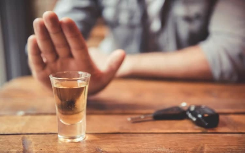 Hạn chế uống nhiều rượu bia: Uống quá nhiều bia rượu sẽ làm suy yếu hệ miễn dịch và gia tăng khả năng mắc bệnh viêm phổi.
