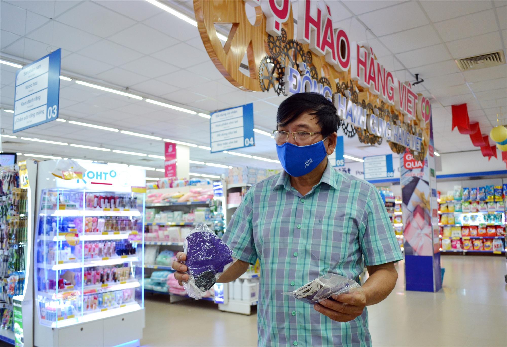 Người dân mua khẩu trang ở siêu thị Co.opMart Tam Kỳ. Ảnh: VIỆT NGUYỄN