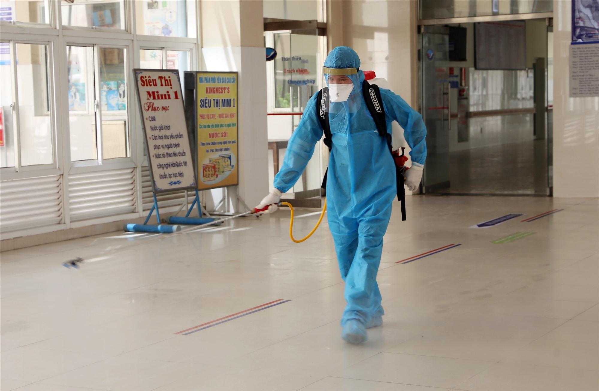Khâu kiểm soát nhiễm khuẩn, tiêu độc khử trùng đặc biệt quan trọng nên đội ngũ này phải làm việc bất kể ngày đêm. Ảnh: THẢO ĐẠO