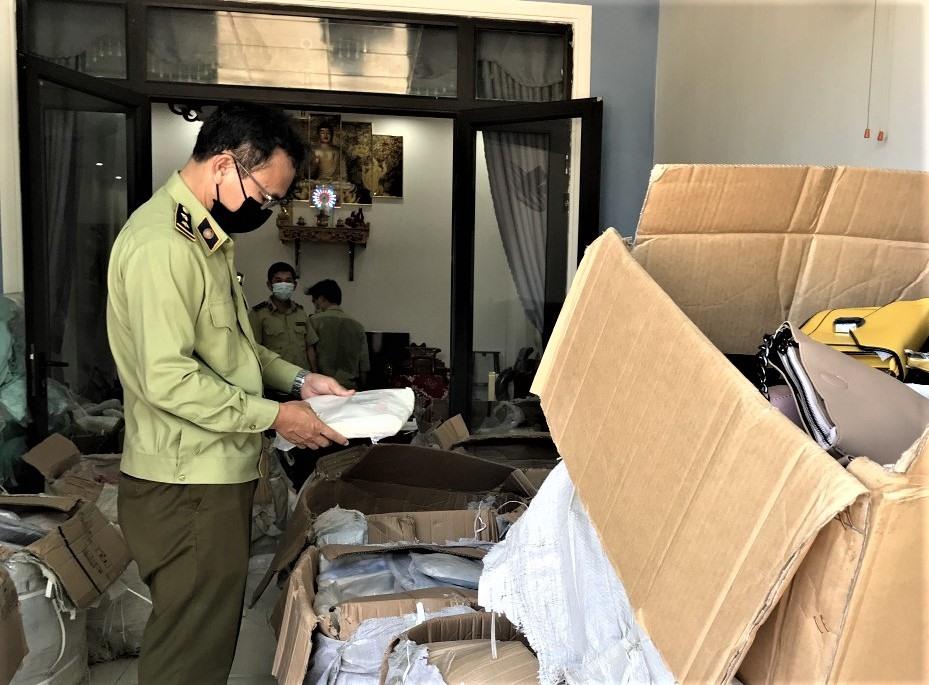 """Lực lượng quản lí thị trường Quảng Nam kiểm tra tại địa chỉ kinh doanh có tên tài khoản """"Nguyen Sang"""". Ảnh: Cục Quản lý thị trường Quảng Nam"""