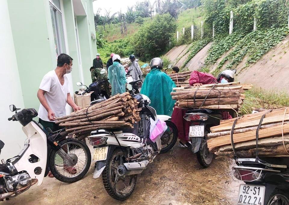Đoàn viên, thanh niên xã Chà Vàl (huyện Nam Giang) góp củi phục vụ khu cách ly. Ảnh: THẾ ANH