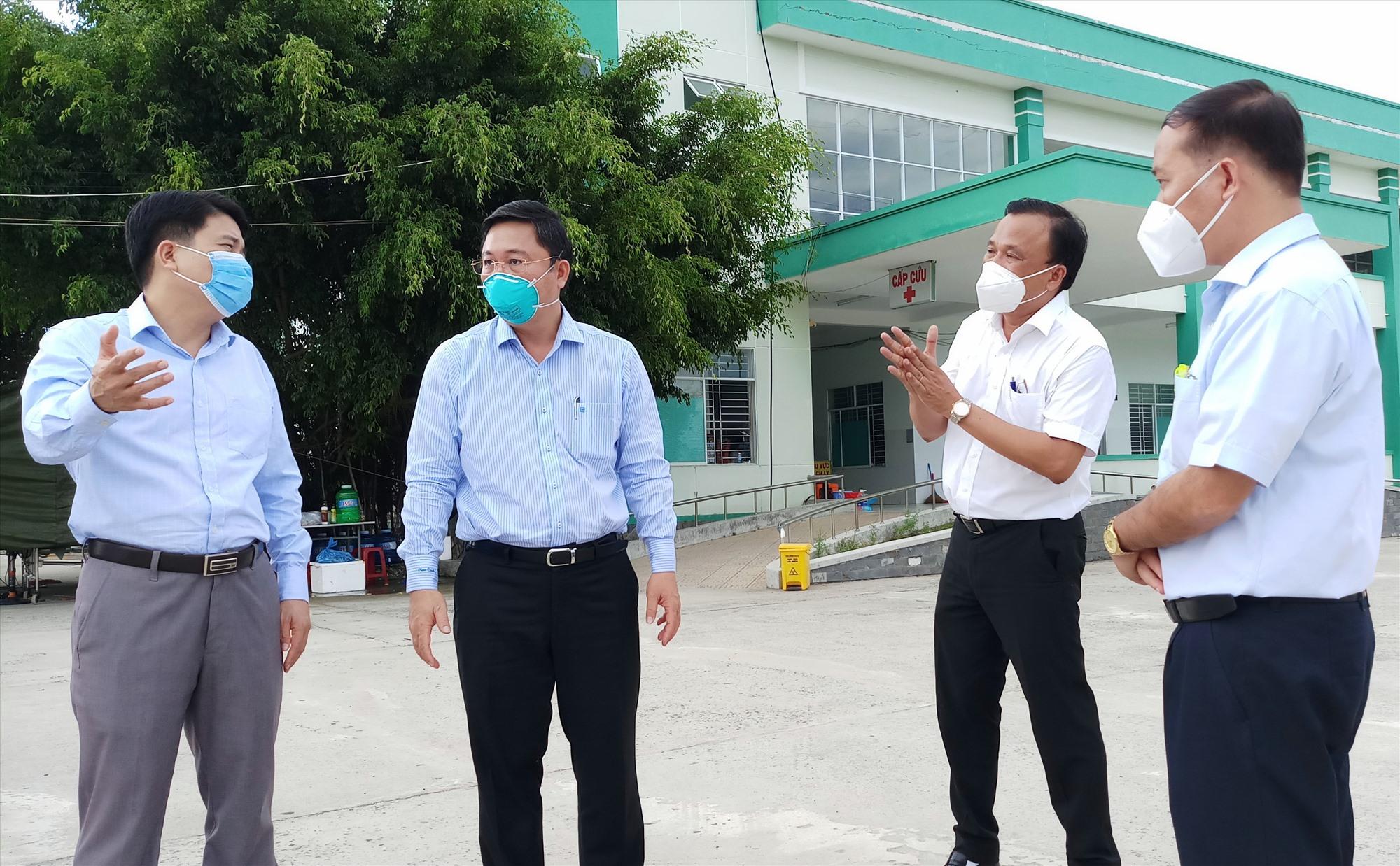 Bằng các phương án cụ thể, nguy cơ lây nhiễm chéo trong bệnh viện sẽ được kiểm soát, ngăn ngừa. TRONG ẢNH: Lãnh đạo tỉnh kiểm tra công tác phòng chống dịch tại Phòng khám Đa khoa khu vực Điện Nam - Điện Ngọc (Điện Bàn). Ảnh: ALĂNG NGƯỚC