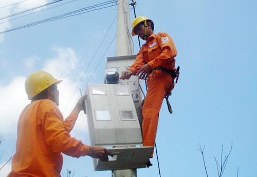 Điện lực Thăng Bình triển khai lắp đặt công tơ điện tử đo xa cho khách hàng. Ảnh: T.L