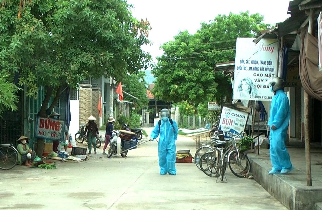 Đội phòng chống dịch của xã Duy Trung phun hóa chất tiêu độc tại khu vực chợ Trung Đông. Ảnh: T.P