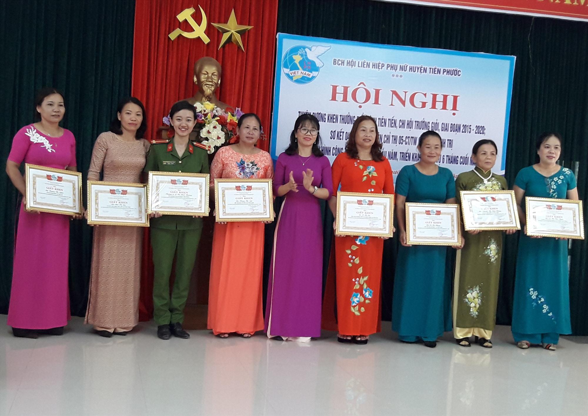 Hội phụ nữ Tiên Phước khen thưởng cho 3 tập thể, 27 cá nhân tiêu biểu trong phong trào thi đua yêu nước giai đoạn 2015 - 2020. Ảnh: P.H