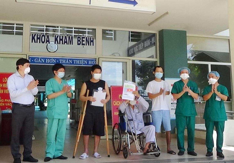 Trao quyết định ra viện cho ba trường hợp quê ở Quảng Nam. Ảnh: Cổng thông tin điện tử TP. Đà Nẵng.