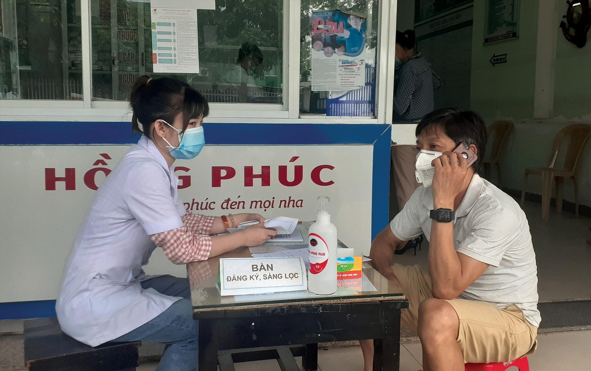 Các cơ sở y tế tư nhân yêu cầu người dân khai báo y tế khi đến khám chữa bệnh. Ảnh: X.H