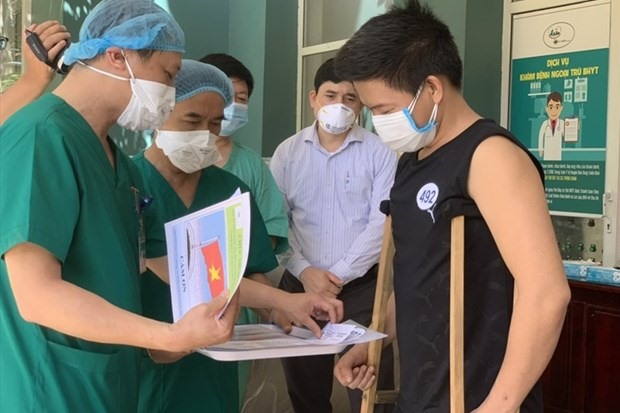 A COVID-19 patient discharged from Hoa Vang COVID-19 treatment hospital (Photo courtesy of Hoa Vang hospital)