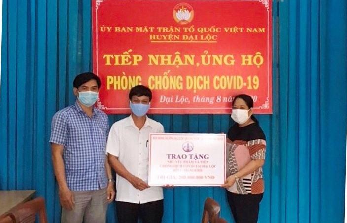 Đại diện Hội đồng hương Đại Lộc tại TP.Hồ Chí Minh trao hỗ trợ đợt 2 cho Ủy ban MTTQ Việt Nam huyện.