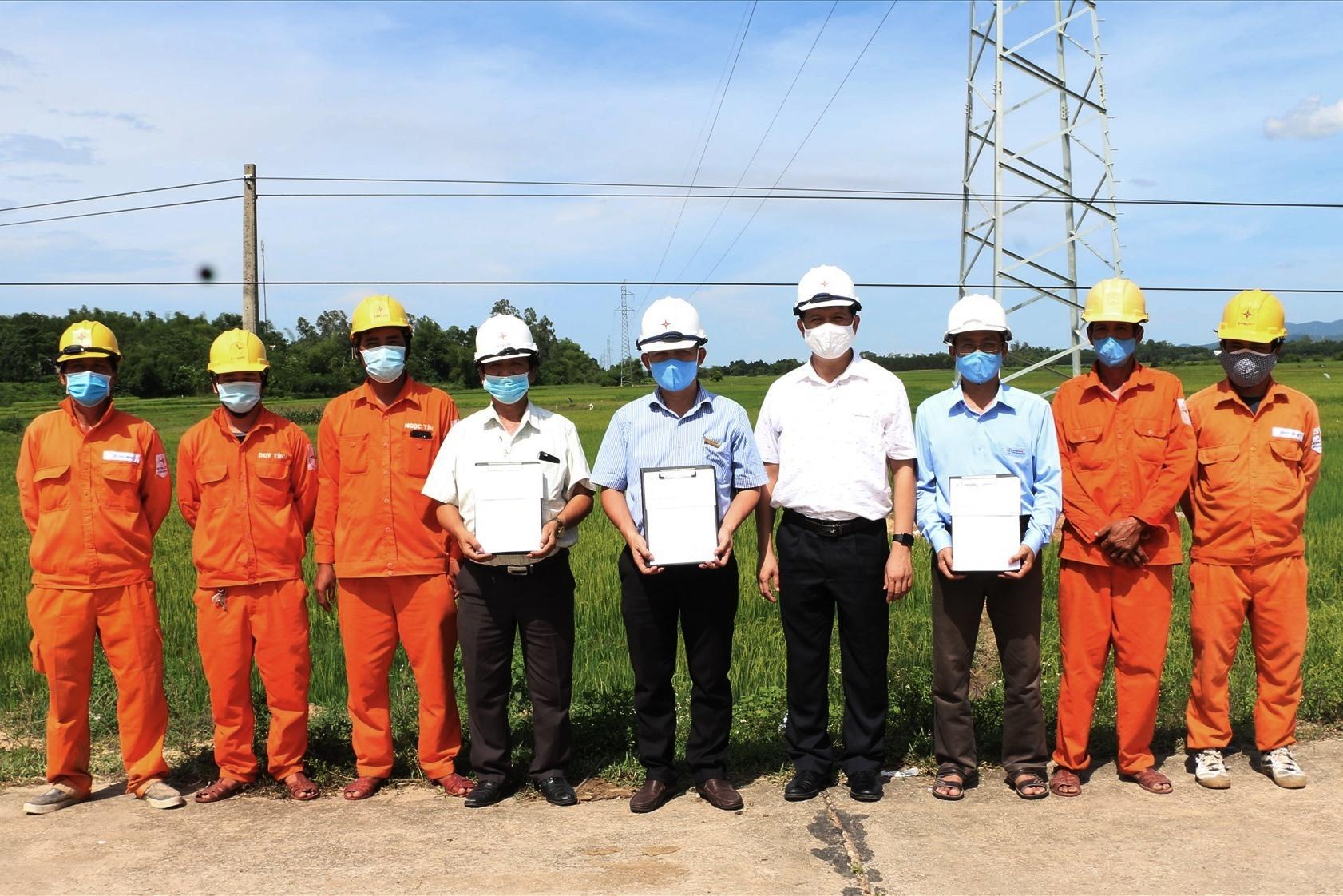 Giám đốc PC Quảng Nam khen thưởng các đơn vị đã đẩy nhanh tiến độ thi công công trình.