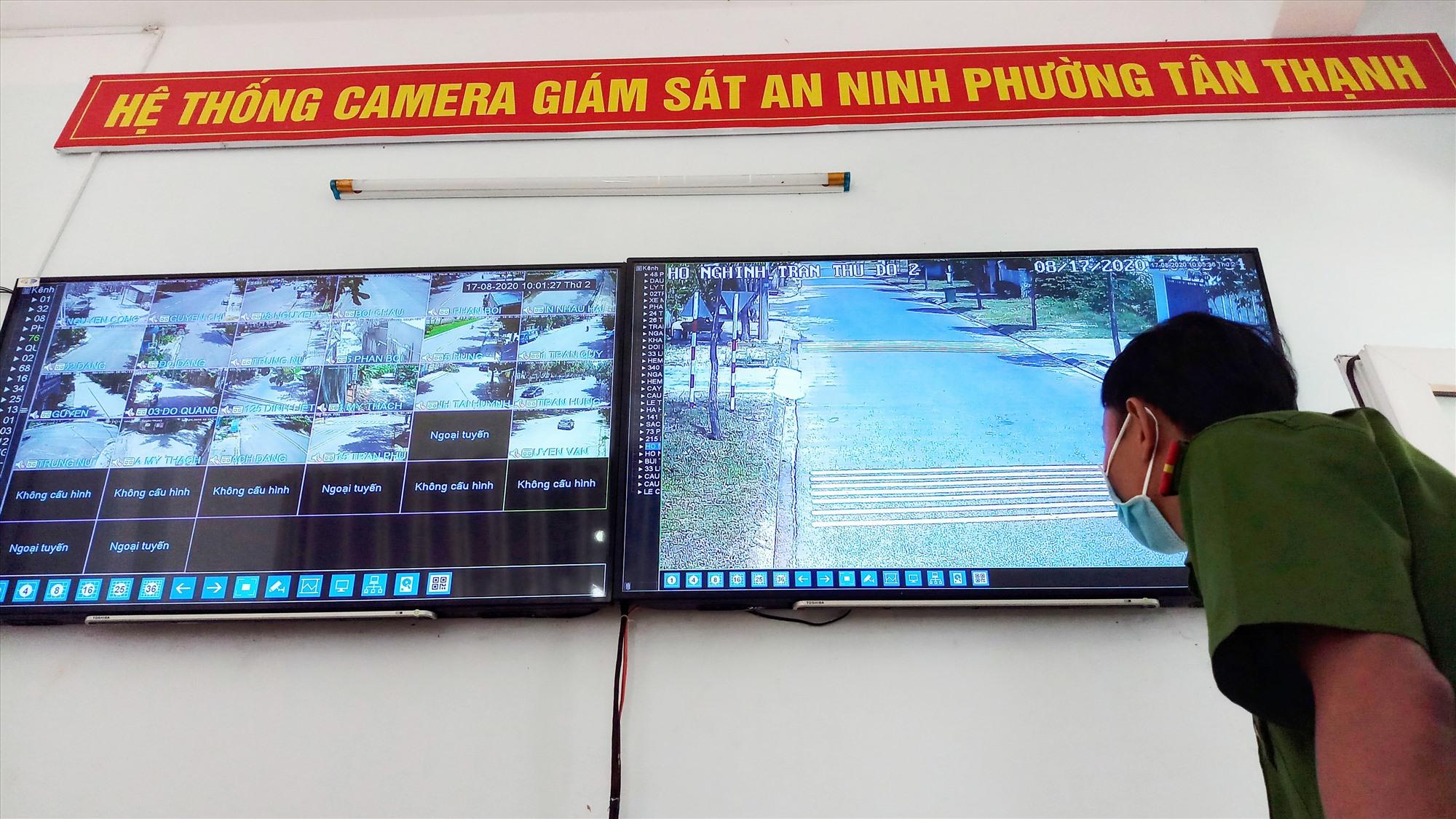 Nhờ hệ thống camera giám sát an ninh, Công an phường Tân Thạnh làm tốt công tác đảm bảo ANTT trên địa bàn. Ảnh: ALĂNG NGƯỚC