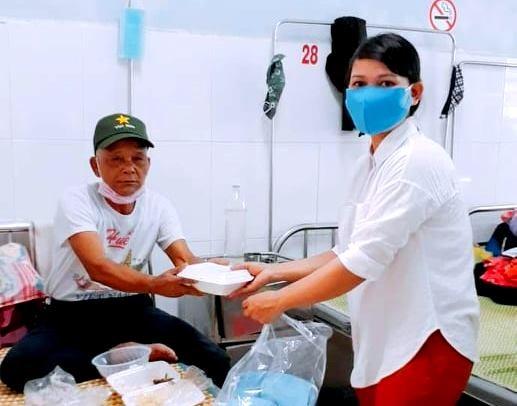 Trao cơm thiện nguyện cho bệnh nhân, cán bộ làm nhiệm vụ tại khu cách ly cộng đồng