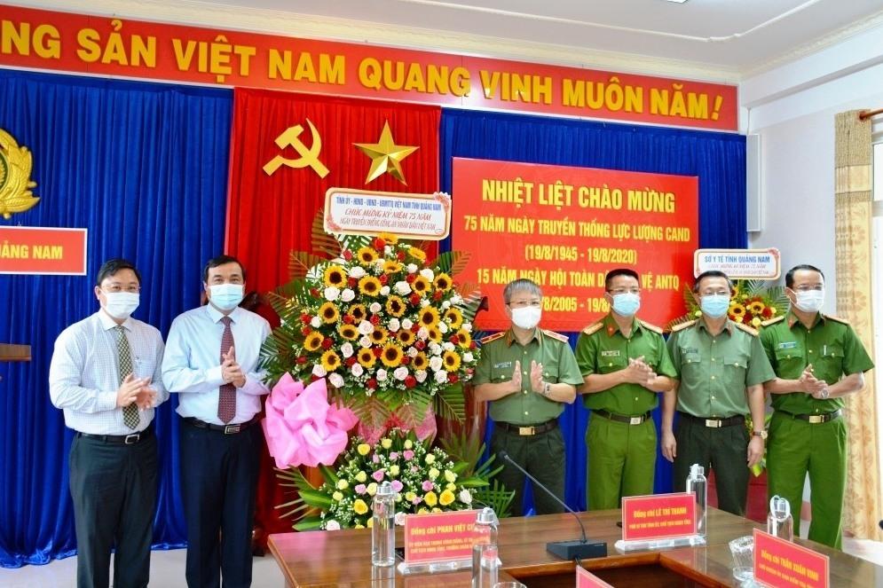 Đồng chí Phan Việt Cường, Bí thư Tỉnh ủy Quảng Nam tặng hoa chúc mừng Công an Quảng Nam nhân Ngày truyền thống lực lượng CAND