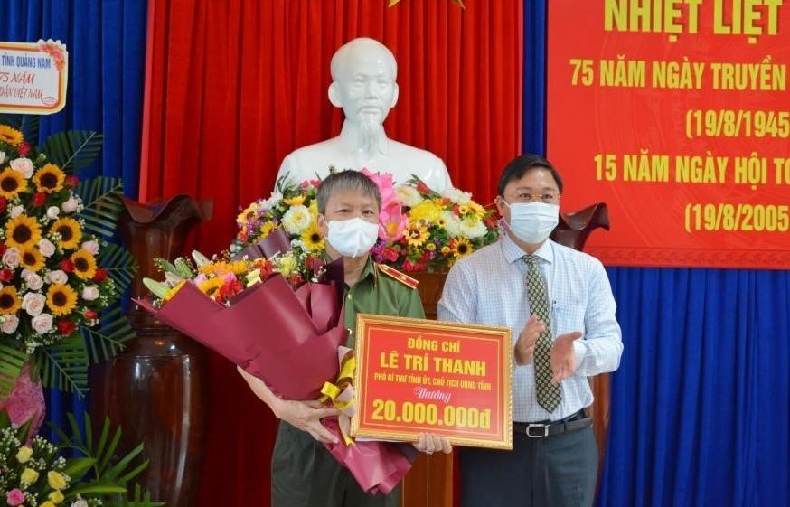 Đồng chí Lê Trí Thanh – Chủ tịch UBND tỉnh thưởng nóng 20 triệu đồng cho Công an Quảng Nam về thành tích xuất sắc trong đợt cao điểm tấn công trấn áp tội phạm