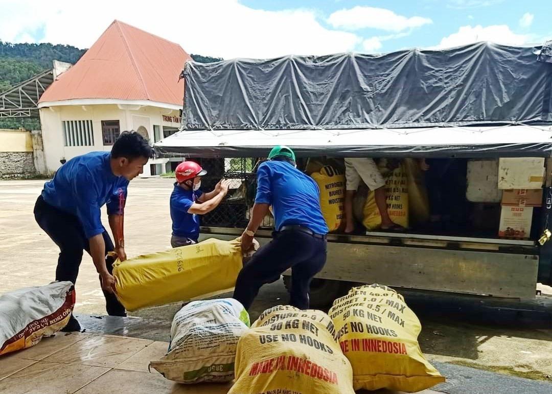 Các bạn trẻ Cơtu ở Tây Giang đưa hàng hóa quyên góp được lên xe chuyển về hỗ trợ các địa bàn bị dịch Covid-19 ở vùng xuôi. Ảnh: Pơloong Plênh