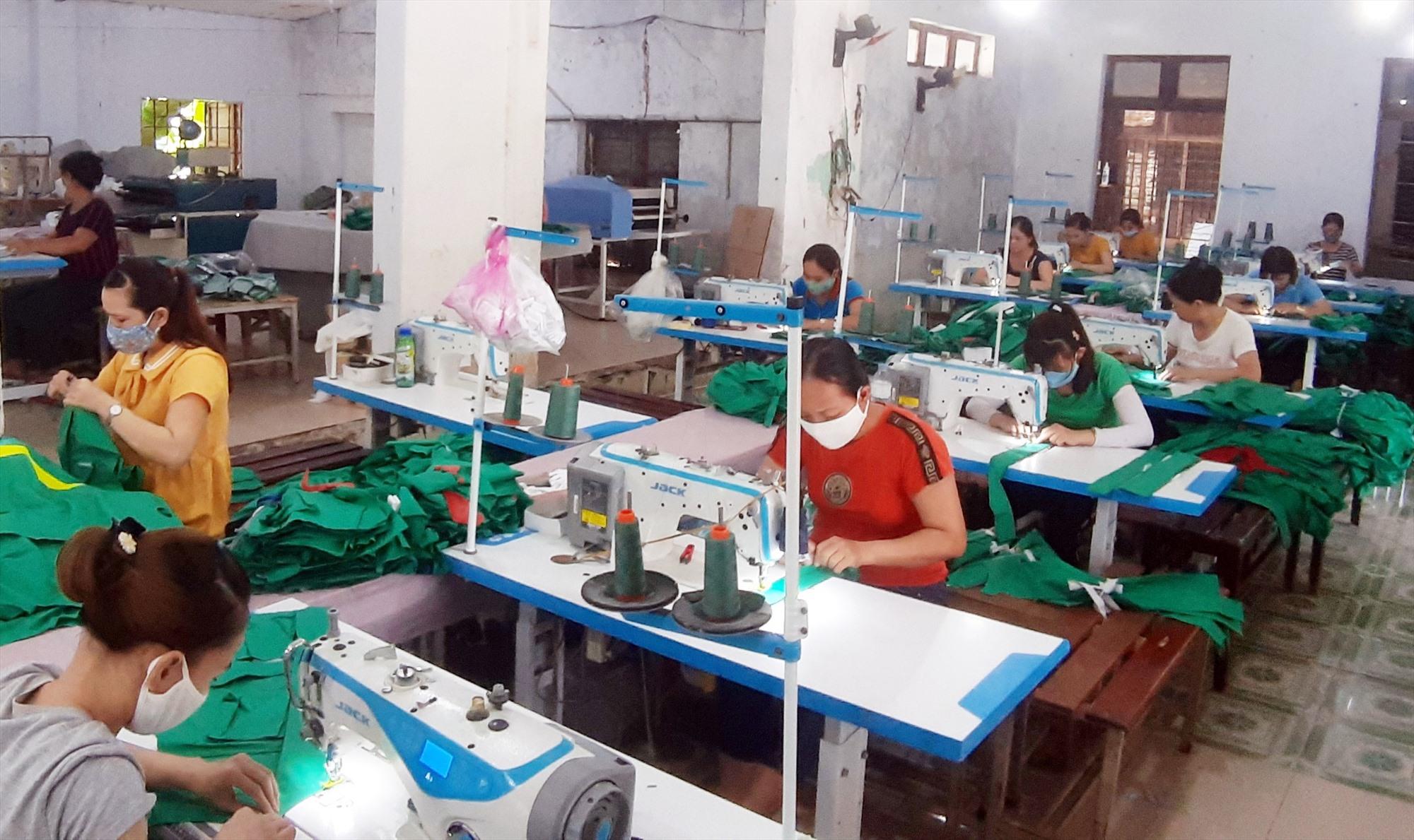 Lĩnh vực công nghiệp phát triển mạnh đã tạo công ăn việc làm ổn định cho rất nhiều lao động của xã Duy Hòa. Ảnh: T.P